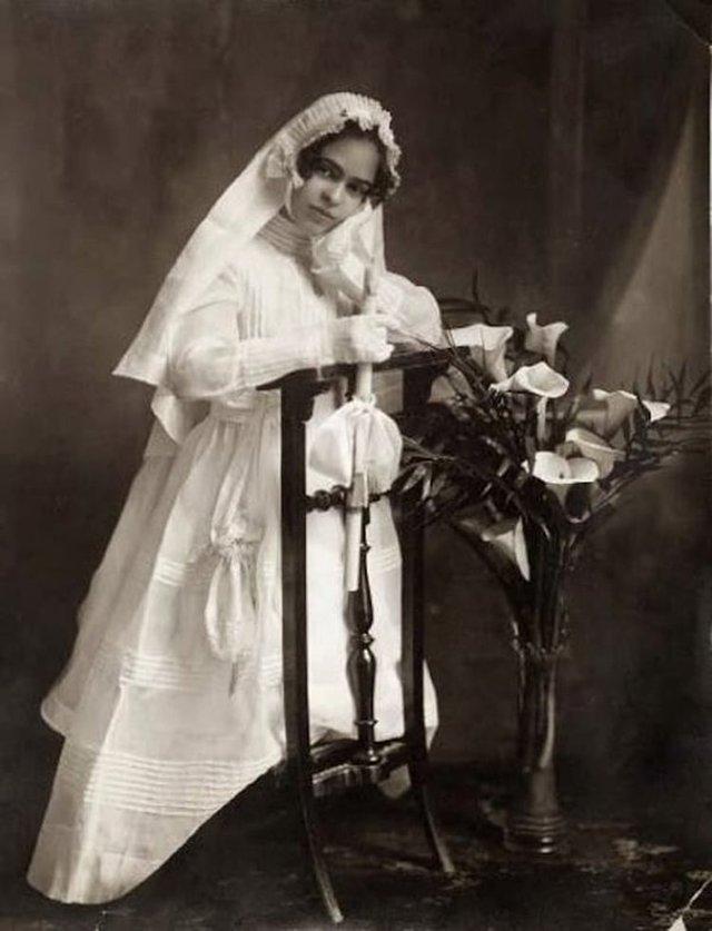 Чарівна та стильна: дивіться на фото юної Фріди Кало - фото 414710