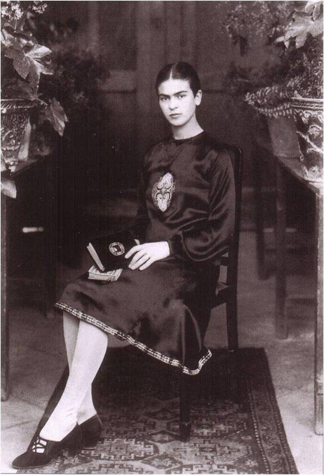Чарівна та стильна: дивіться на фото юної Фріди Кало - фото 414713