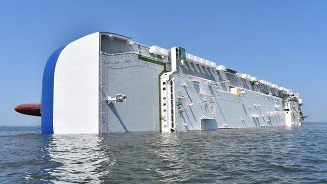 На відео показали, як корабель з чотирма тисячами машин йде під воду - фото 415058