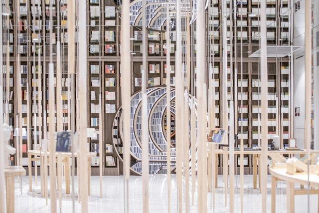 Книголюби оцінять: дивіться, як виглядає футуристична книгарня у Пекіні - фото 415191