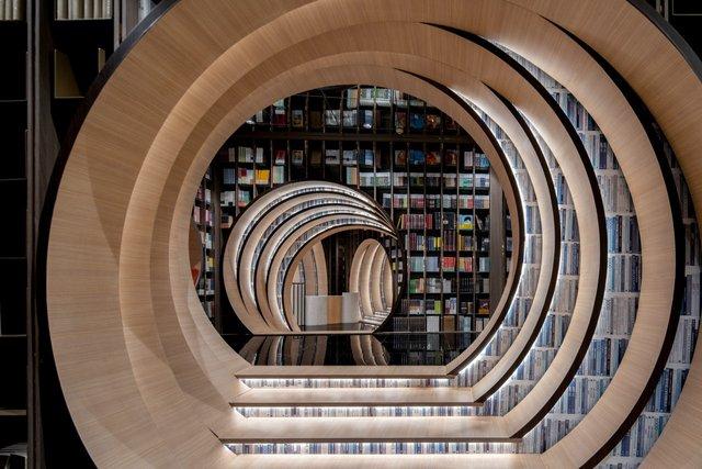 Книголюби оцінять: дивіться, як виглядає футуристична книгарня у Пекіні - фото 415193