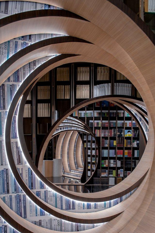 Книголюби оцінять: дивіться, як виглядає футуристична книгарня у Пекіні - фото 415201