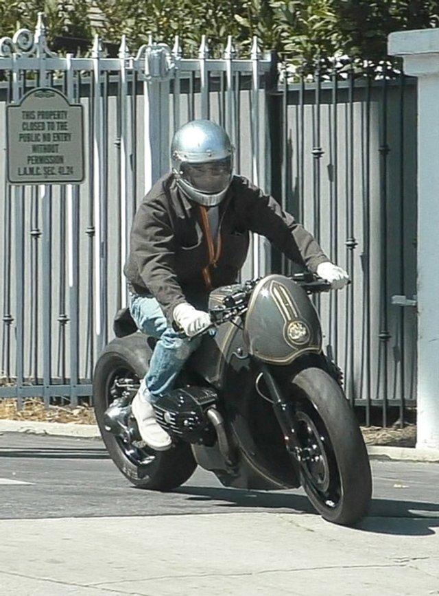 Бред Пітт приїхав у гості до Джолі на крутому мотоциклі: фото - фото 415230