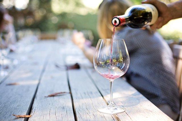 Учені виявили зв'язок між раннім шлюбом і вживанням алкоголю - фото 415307