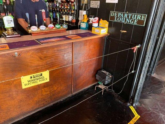 Нагадування про дистанцію: у пабі біля барної стійки встановили огорожу під напругою - фото 415549