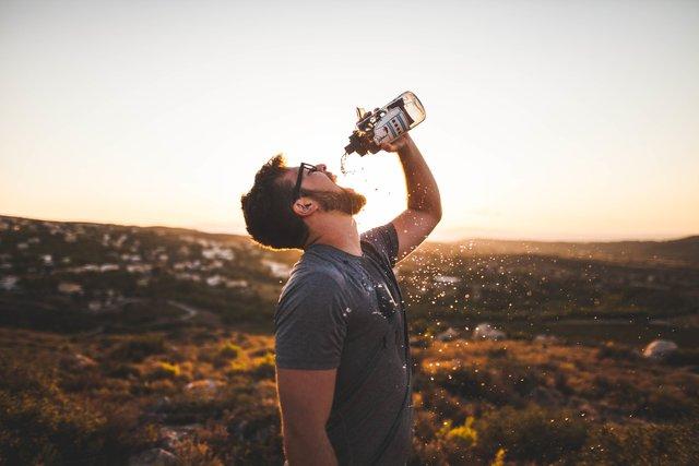 Не забувайте влітку пити воду, коли організм дає сигнали - фото 415615