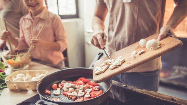 Спробуйте приготувати їжу і не посваритися з рідними - фото 415698