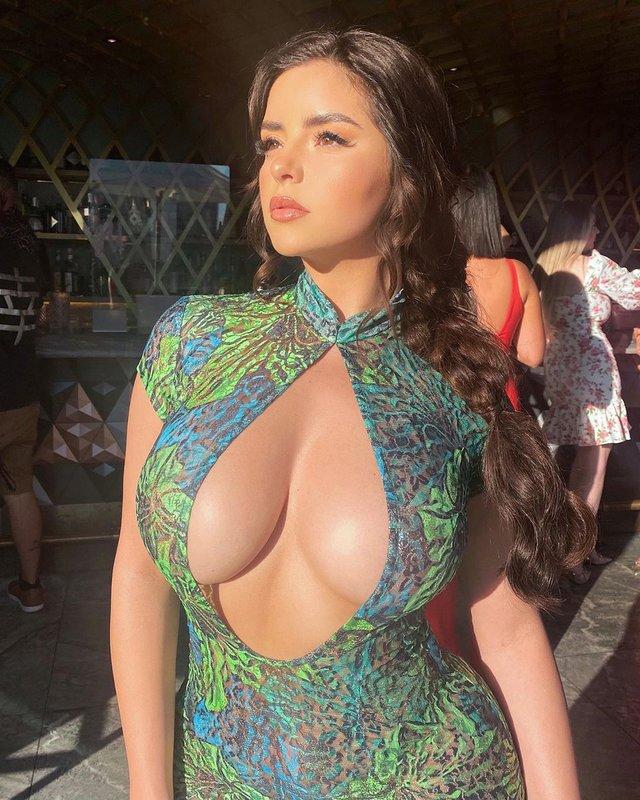 Пишногруда Демі Роуз знялася у відвертому платті з екстремальним декольте: гарячі фото - фото 415761