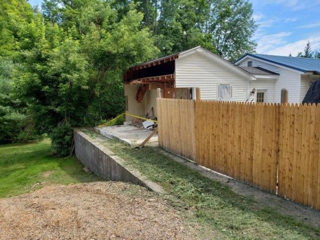Американець не міг поділити з сусідами територію, тому розрізав їхній гараж навпіл: фото - фото 416624