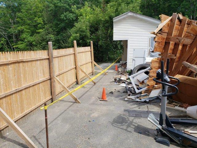 Американець не міг поділити з сусідами територію, тому розрізав їхній гараж навпіл: фото - фото 416625