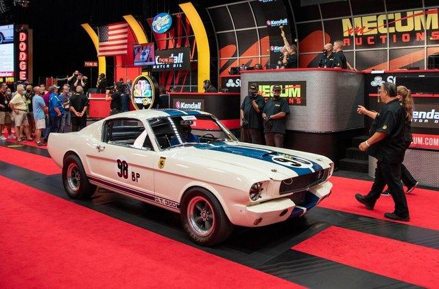 Легендарний Ford Mustang Shelby GT350R продали за шалені гроші - фото 416715
