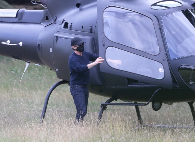 Том Круз прилетів на обід на приватному вертольоті: фотофакт - фото 416762