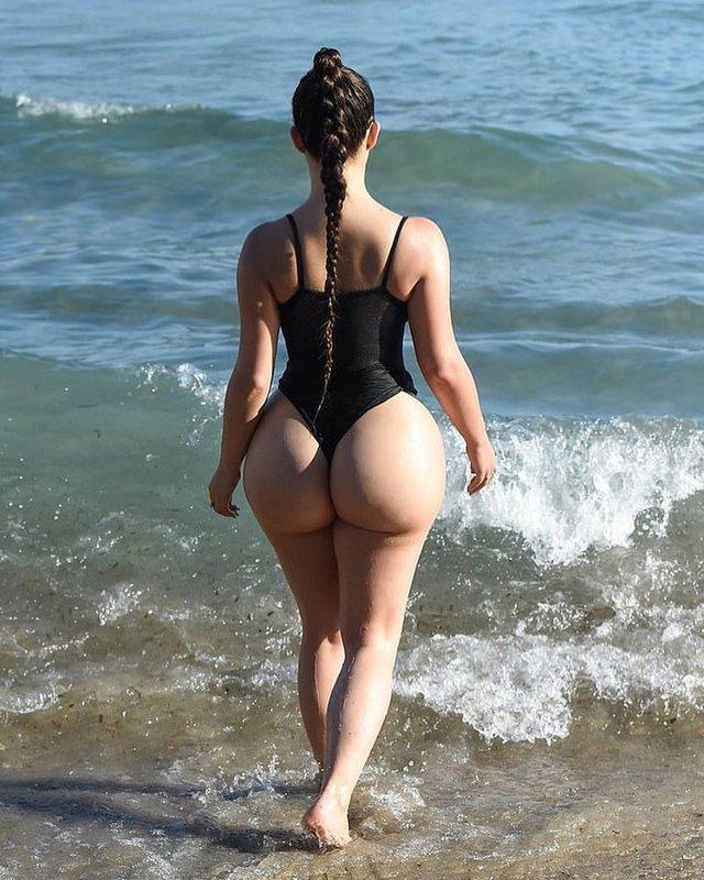 Розкута Демі Роуз засвітила груди у надто відвертому купальнику: гарячі фото (18+) - фото 416936