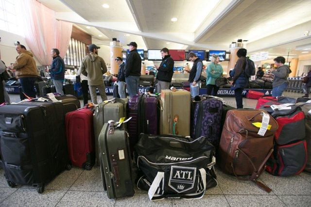 Вантажник аеропорту назвав непотрібну деталь у кожній валізі - фото 416973