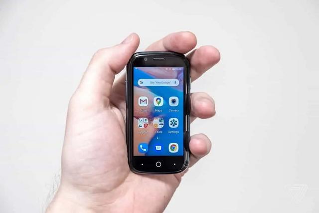 Представлено найменший у світі смартфон на базі Android 10 - фото 416985