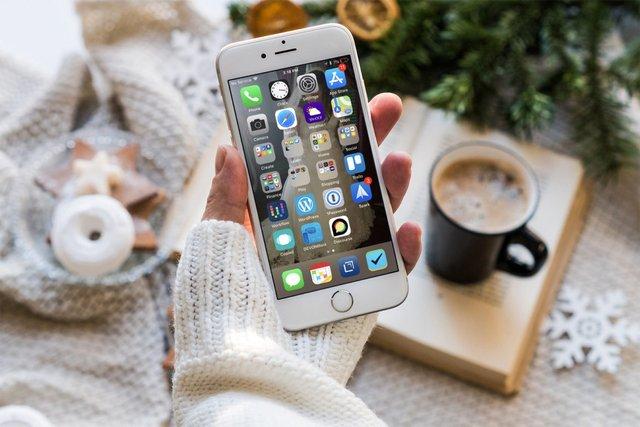 Компактний iPhone ідеально лежить у руках - фото 417436