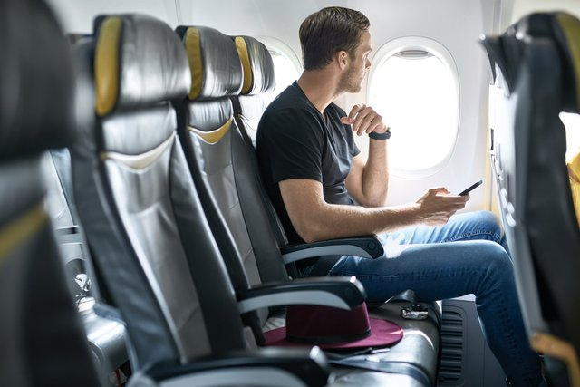 Названо головний спосіб захисту від хвороб на борту літака - фото 417920