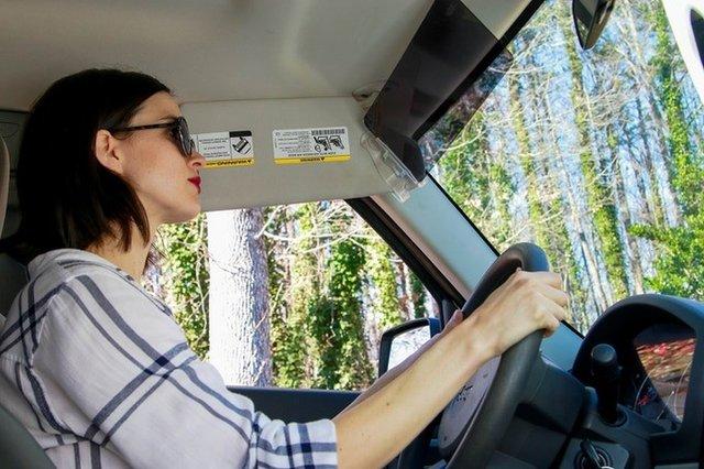 Винахідники придумали для водіїв простий спосіб уберегтися від сонячних променів - фото 417983