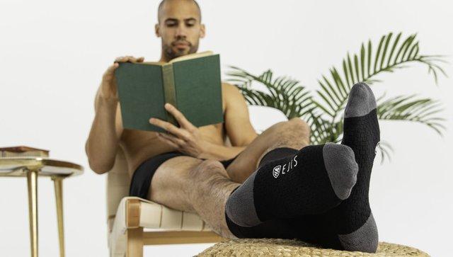 Розкидані шкарпетки означають, що чоловік почувається вдома - фото 419434