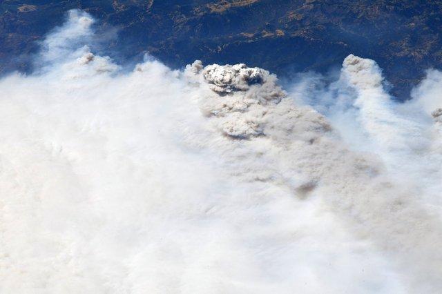 Пожежі в Каліфорнії зняли з космосу: вражаючі кадри - фото 421537