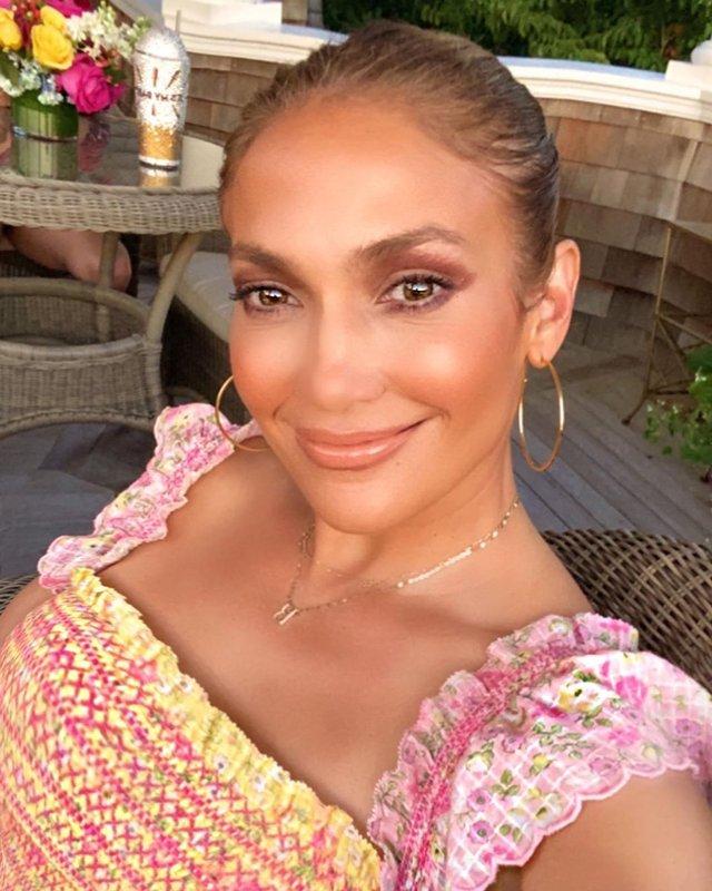 Дженніфер Лопес поділилася домашніми знімками в романтичному образі - фото 421758