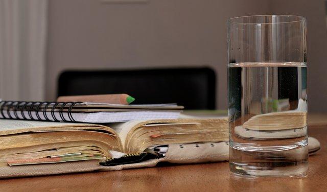 Як склянка води вранці впливає на організм: відповідь вчених - фото 422233