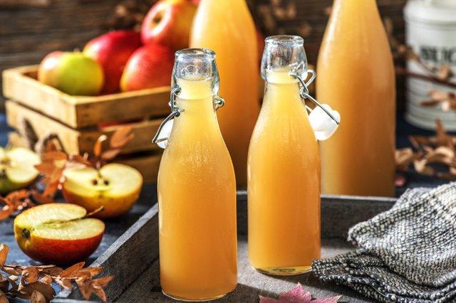 Яблучний сік корисний, але пити його натще серце не варто - фото 422347