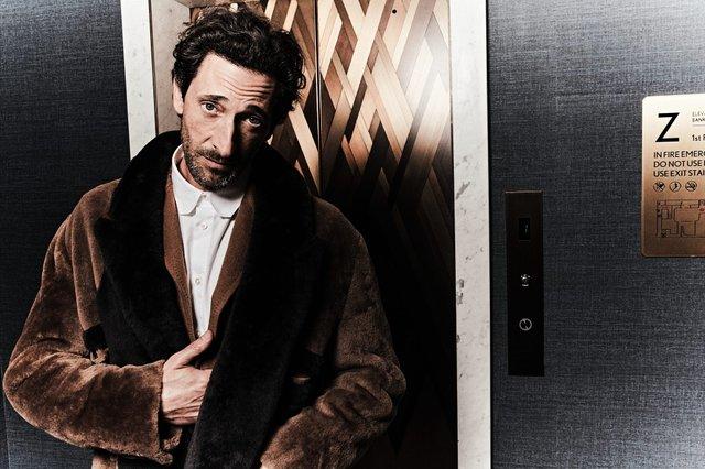 Едрієн Броуді знову сів за піаніно для зйомок в Esquire: стильні фото - фото 423398
