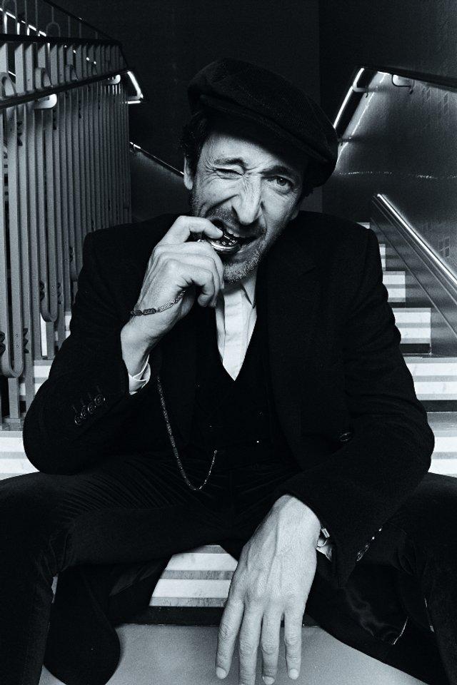 Едрієн Броуді знову сів за піаніно для зйомок в Esquire: стильні фото - фото 423399