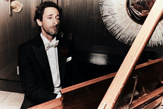 Едрієн Броуді знову сів за піаніно для зйомок в Esquire: стильні фото - фото 423400
