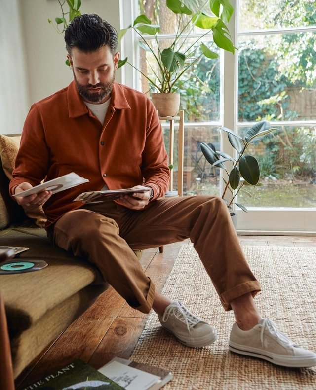 З чим носити і як поєднувати сорочки чоловікам: 10 модних ідей у фото - фото 423517