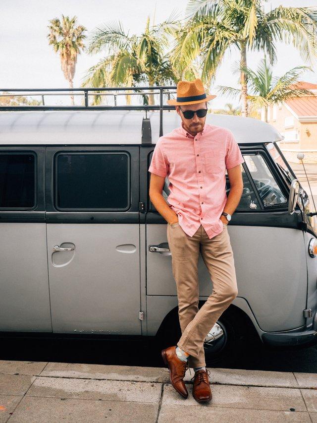 З чим носити і як поєднувати сорочки чоловікам: 10 модних ідей у фото - фото 423520