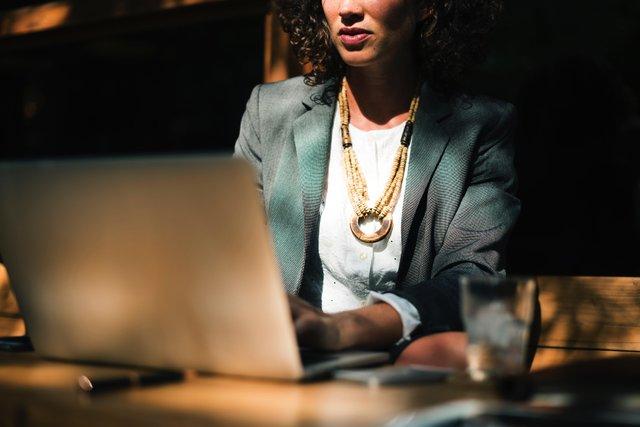 Учені розповіли, коли припадає пік продуктивності жінок на роботі - фото 423772