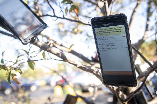 Кур'єри Amazon вішають на деревах смартфони: навіщо вони це роблять - фото 423790