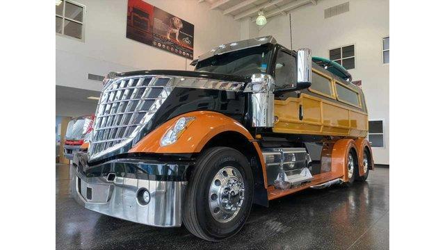 У мережі показали ідеальну вантажівку для серферів: її збирали 2000 годин - фото 423971