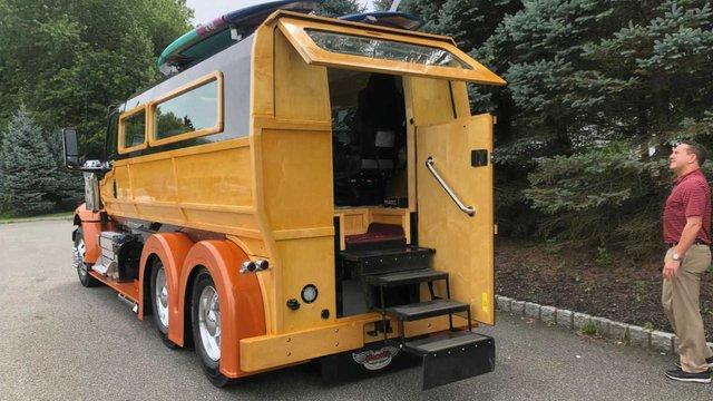 У мережі показали ідеальну вантажівку для серферів: її збирали 2000 годин - фото 423972