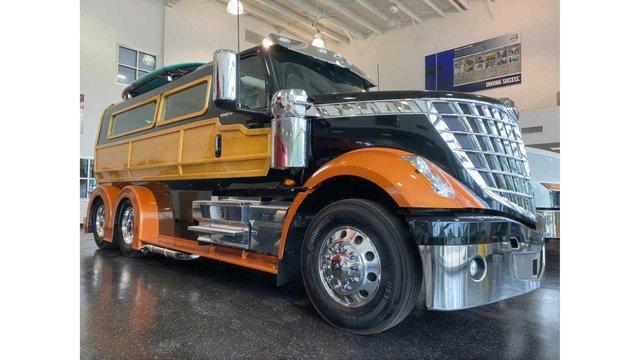 У мережі показали ідеальну вантажівку для серферів: її збирали 2000 годин - фото 423976