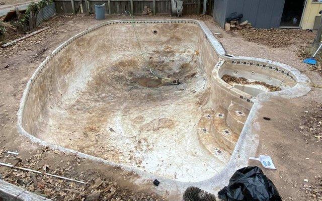 Чоловік планував продати будинок, але знахідка на задньому подвір'ї змусила передумати - фото 423994