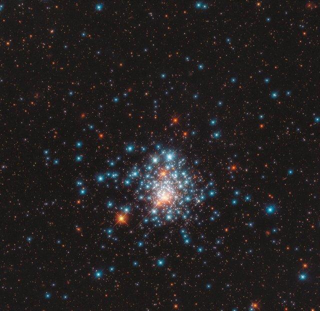 Телескоп Hubble зняв унікальне кульове скупчення зірок: вражаючий кадр - фото 424135