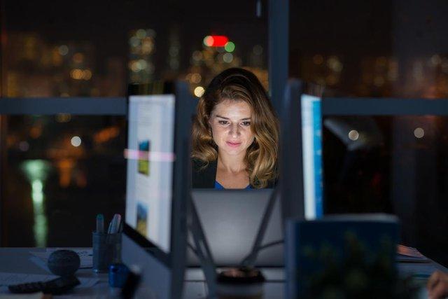 Учені нагадали про небезпеку роботи вночі: чим вона загрожує? - фото 424349