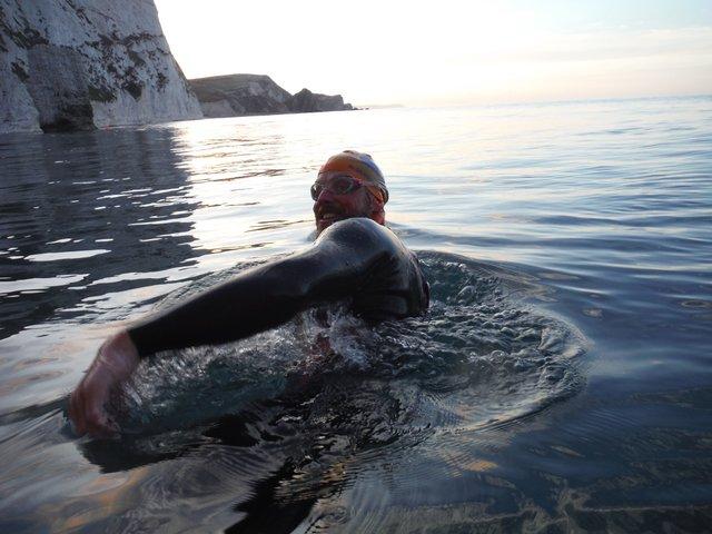 Британець проплив 160 кілометрів по океану, аби назбирати гроші на прибирання пляжів - фото 424414