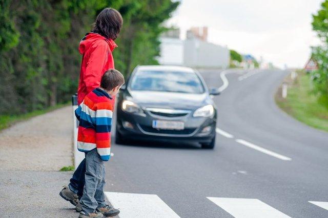 Названі випадки, коли водій може не уступати дорогу пішоходу - фото 424504