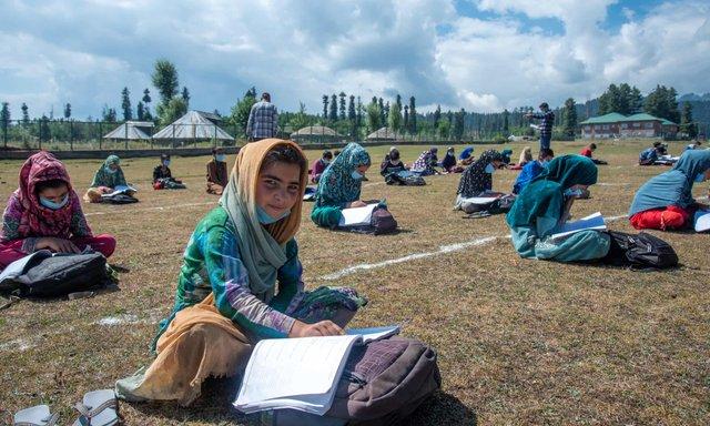 В індійському Кашмірі уроки почали проводити в лісі: фото - фото 424654