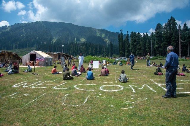 В індійському Кашмірі уроки почали проводити в лісі: фото - фото 424656
