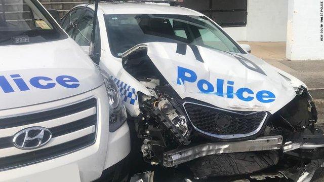 Чоловік врізався у припарковані поліцейські авто - фото 425014