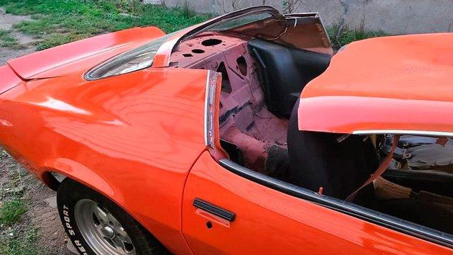 Психанув: чоловік розпиляв Chevrolet Camaro на частини у прямому ефірі - фото 425583
