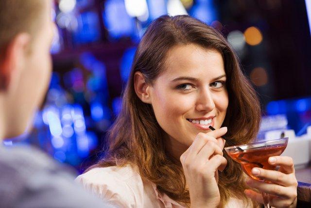 Науковці визначили, коли чоловіки найкраще розуміють, що з ними фліртують - фото 425707