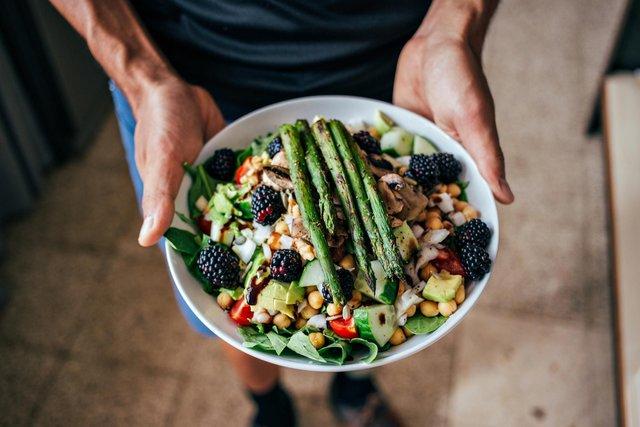 5 шкідливих міфів про їжу, які ускладнюють нам життя - фото 425813
