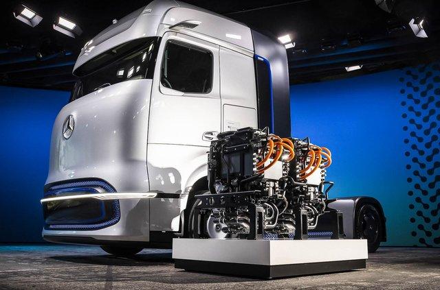 Mercedes-Benz представив водневу вантажівку: одної заправки вистачить на 1000 км ходу - фото 426022