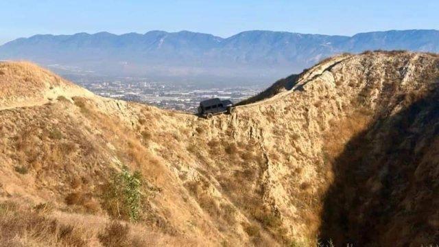 Думав, що виїде: водій покинув свій Jeep Wrangler на велотрасі в горах (фото) - фото 427061